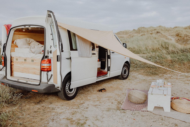 Home is where you park it Keine 3 Monate, nachdem Michael & ich uns kennengelernt hatten, kauften wir nach einem gemeinsamen Tagtraum unseren VW T5 und bauten darin unser kleines Zuhause für unterwegs. Lust auf einen Roadtrip!?