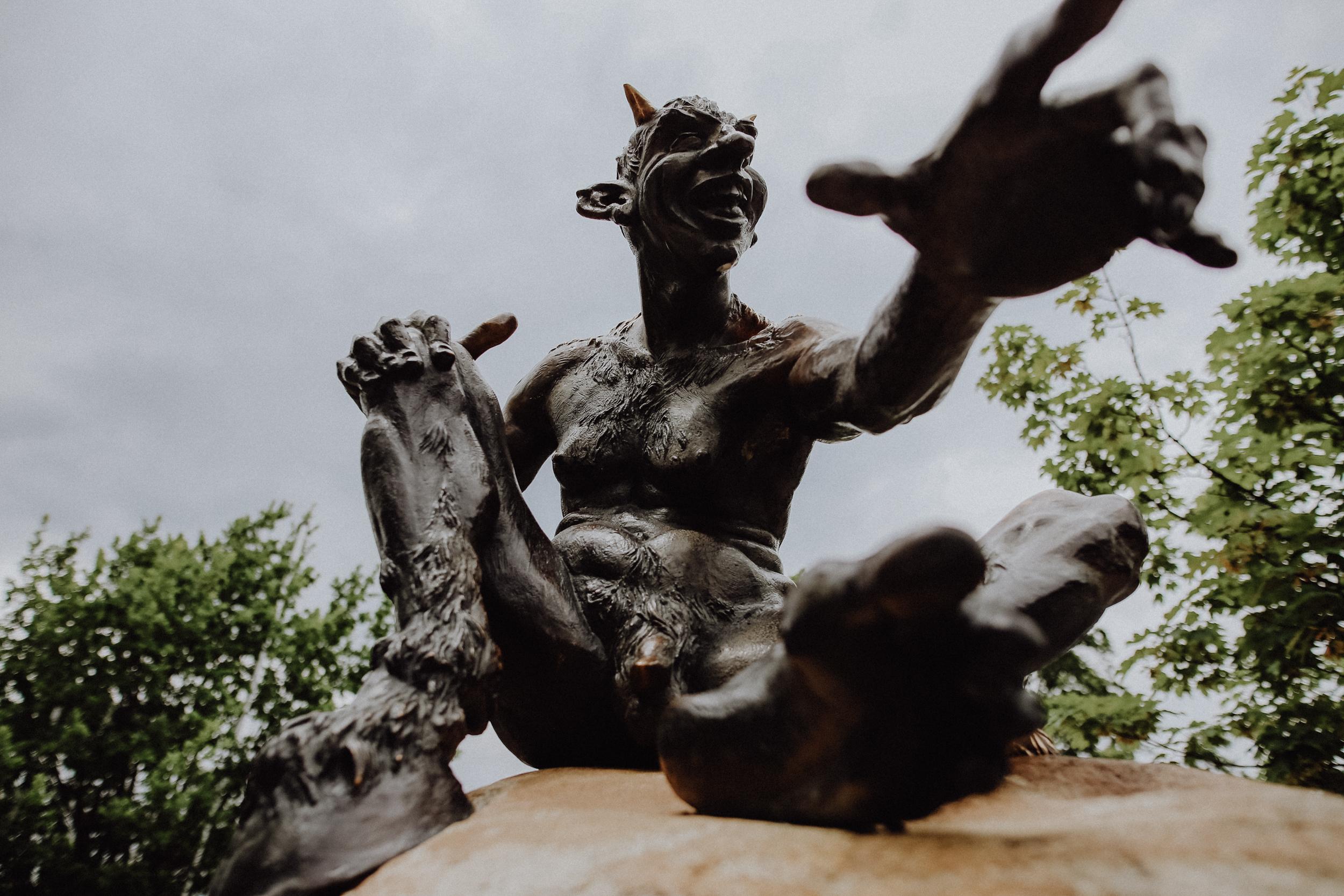 Der Hexentanzplatz Der Hexentanzplatz ist neben dem Brocken einer der sagenumwobensten Orte des Harz und Zentrum des Harzer Hexenkults. Hier trafen sich nach den Sagen früher zur Walpurgisnacht die Hexen, um gespenstige Rituale zu feiern. Noch in derselben Nacht brachen die Hexen gemeinsam zum Brocken auf, um dort um die Hand des Teufels anzuhalten. Natürlich ist diese nur eine von vielen Geschichten, die sich um den Platz ranken. Heute lässt sich der Hexenkult auf dem Hexentanzplatz in vielen touristischen Attraktionen erleben.