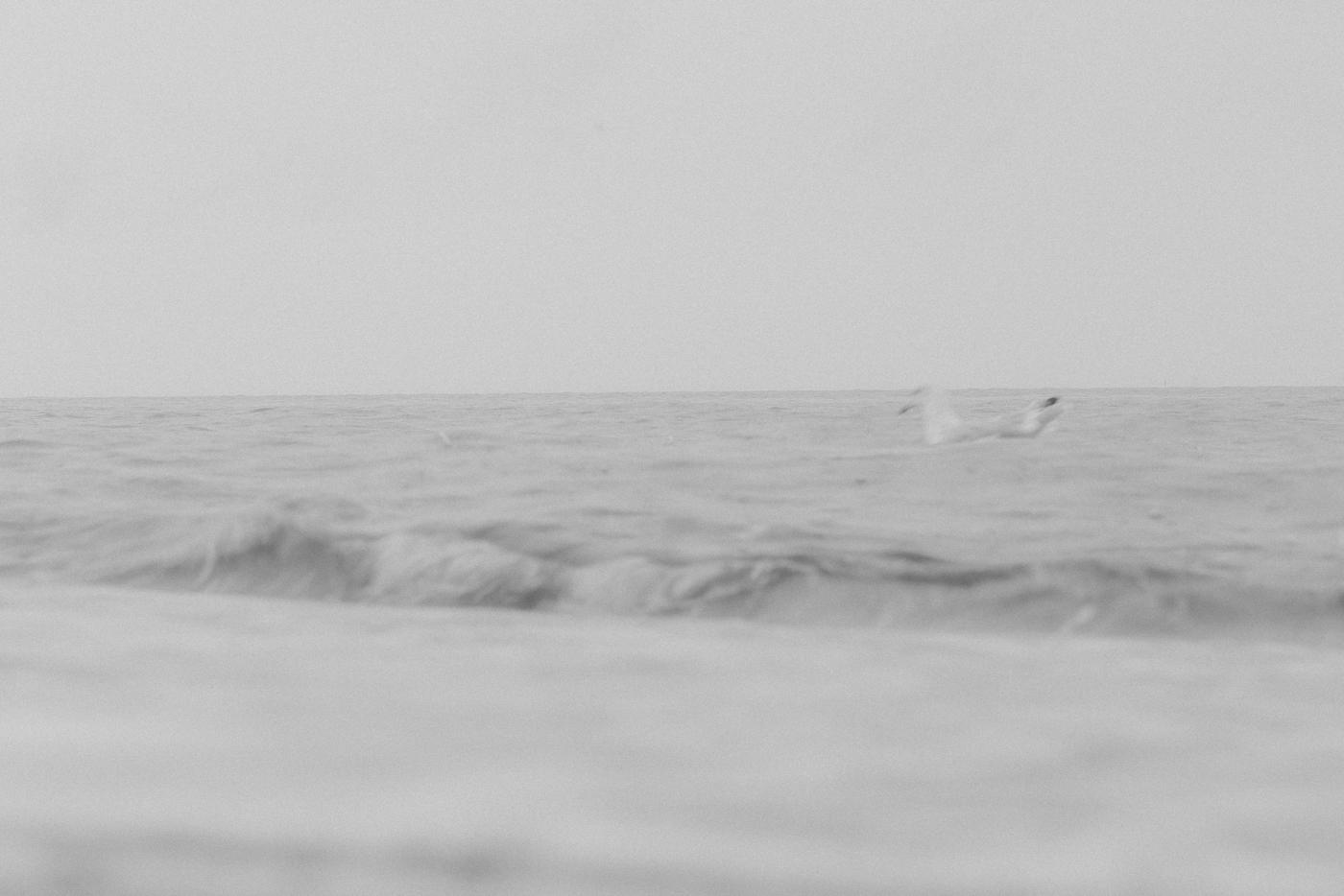 Das Thalasso-Prinzip Natürlich bedeutet Thalasso noch sehr viel mehr als nur frische Luft zu atmen. Vielmehr handelt es sich sogar um eine Therapie, deren Geheimnis in den natürlichen Inhaltsstoffen und der natürlichen Umgebung des Meeres liegt. Die Luft, die man hier atmet, ist reich an den Spurenelementen, Mineralstoffen und Vitaminen, die Meerwasser und Meeresalgen mit sich bringen. Angefangen bei Stress & Erschöpfung helfen diese Aerosole nachweislich auch bei Atemwegs- oder Hauterkrankungen. Q.e.d.: Eine Reise ans Meer kann immer nur heilsam sein.