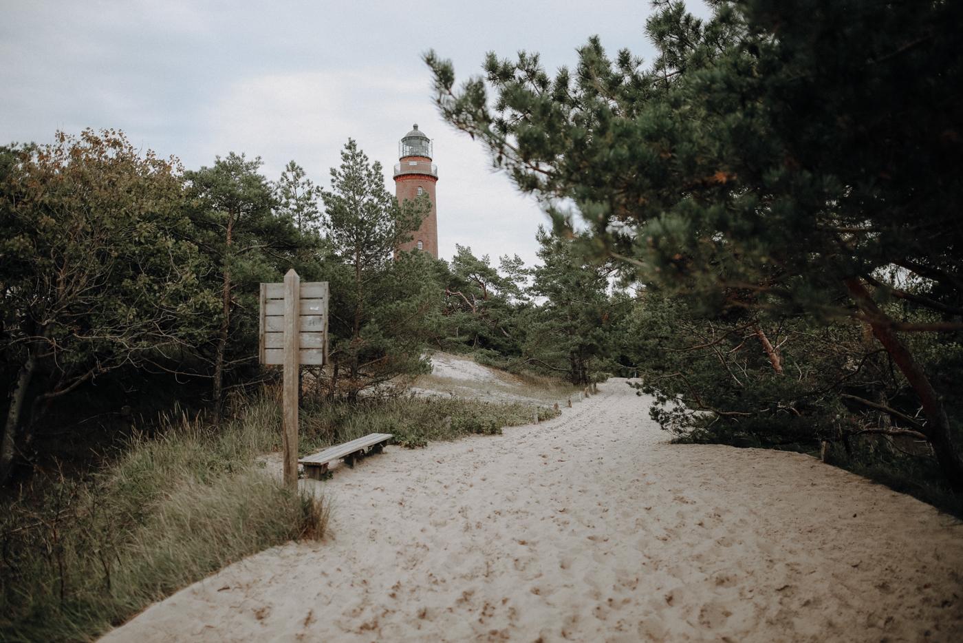 Die Tage des Leuchtturms sind gezählt Seit etwa 1952 geht vor dem Darßer Ort jährlich etwa ein Meter Land durch die natürliche Küstendynamik verloren. In etwa 50 Jahren wird das Meer den Leuchtturm erreichen und ihn nach und nach unterspülen. Unter dem Begriff der Küstendynamik versteht man die natürliche Abtragung von Landmassen an einer Stelle und deren Anlandung an einer anderen Stelle der Küste. Im Herbst und Frühling reicht manchmal sogar schon ein starker Sturm, um den Strand am Leuchtturm verschwinden und an einer anderen Stelle wieder anschwemmen zu lassen.