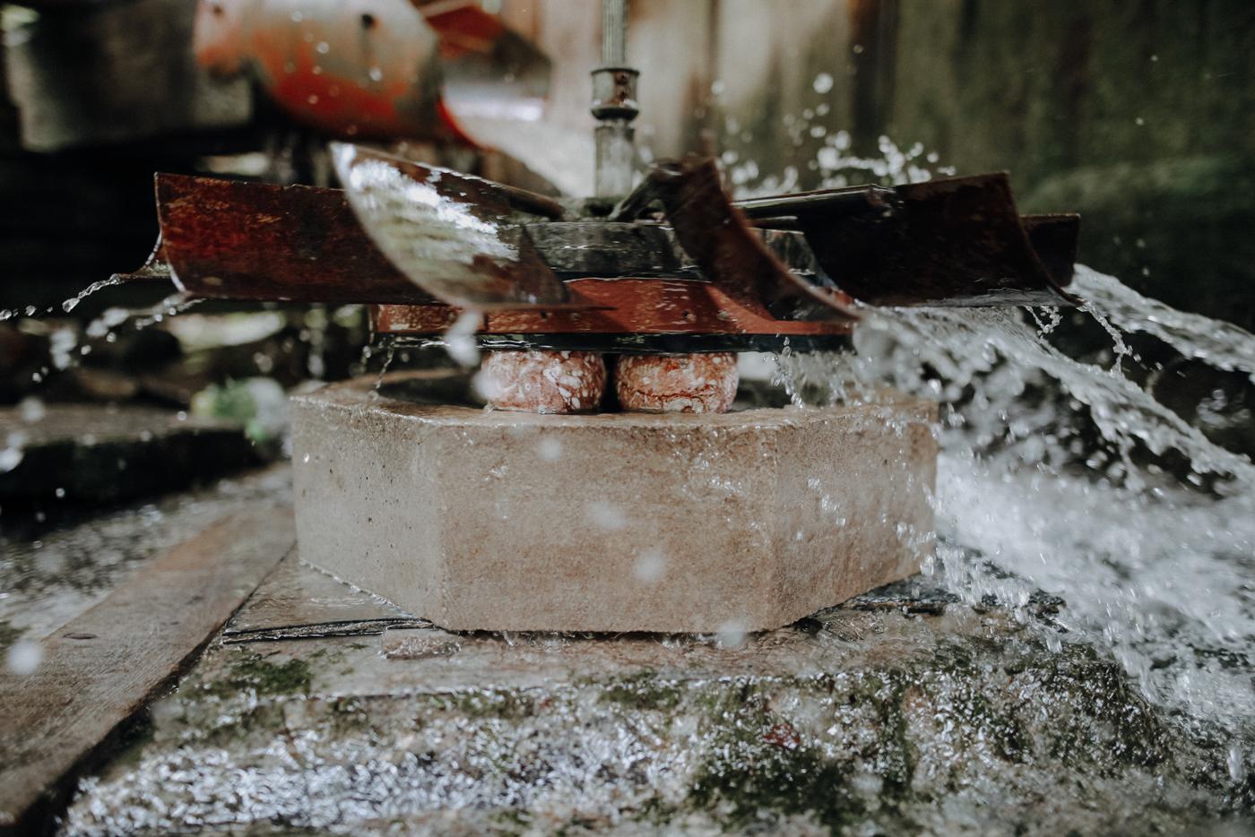 """Eine Reise durch 250 Millionen Jahre Erdgeschichte Wusstest Du, dass beide Klammen zum UNESCO Geopark Steirische Eisenwurzen gehören? Weltweit gibt es 140 Geoparks in 38 Ländern. Der Naturpark Steirische Eisenwurzen wurde im Jahr 2002 als Europäischer Geopark ausgezeichnet. 2015 folgte die Anerkennung zum """"UNESCO Global Geopark"""", als Teil des UNESCO Welterbes. Am Eingang der Nothklamm befindet sich das Geodorf Gams. Dazu gehören die Geowerkstatt, in der regelmäßig Workshops rund ums Thema Steinschmuck stattfinden, der Geopfad durch die Nothklamm und das geologische Museum """"Georama"""", das die Geschichte der Region erzählt. Am oberen Ende der Nothklamm befindet sich außerdem die Kraushöhle, die man gegen ein Extraticket (10 Euro Stand 10/2020) bei einer Führung entdecken kann."""
