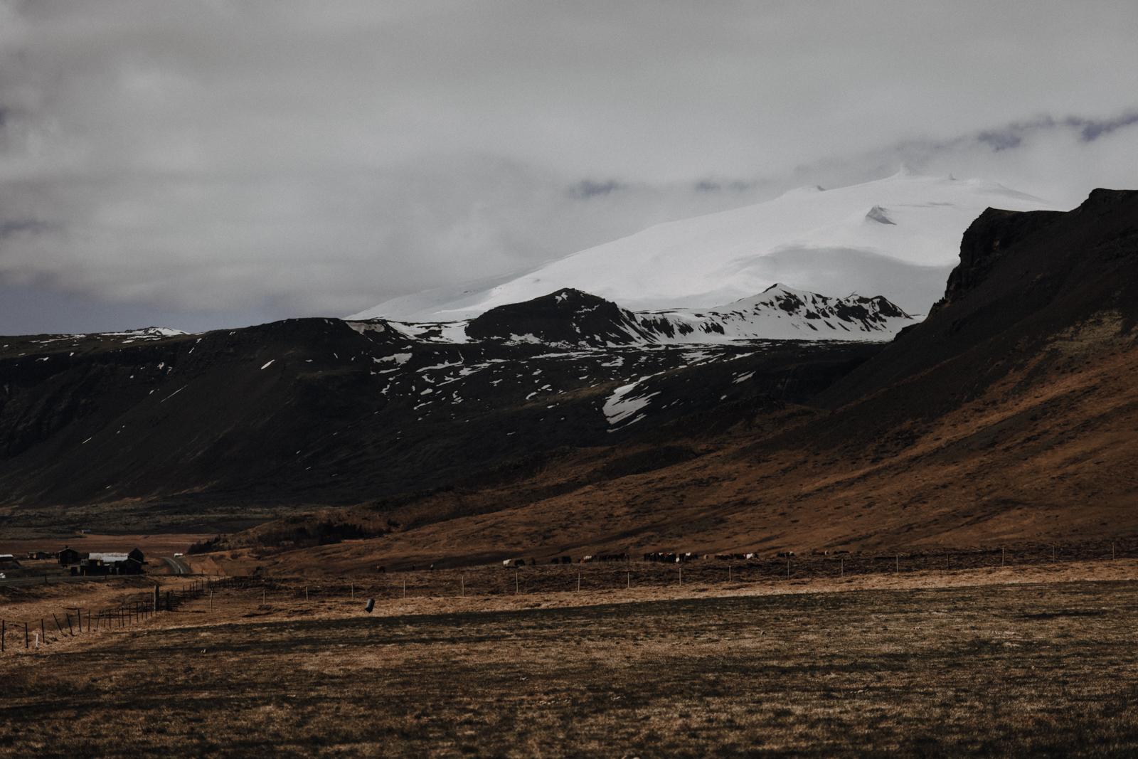 """Ein Gletscher verschwindet Wie die meisten Gletscher verliert auch der Snaefellsjökull zunehmend an Eis. Innerhalb der letzten 100 Jahre ist er von 22km2 auf 12km2 zusammengeschrumpft. Im Sommer 2012 war der Gipfel zum ersten Mal seit Beginn der Geschichtsschreibung eisfrei, und nun fürchtet man, der Gletscher könne irgendwann ganz verschwinden. Aktuell liegt die Dicke des Eises im westlichen und östlichen Bereich noch bei 40 bzw. 50 Metern, an anderen Stellen wird bereits ein sogenanntes Downwasting erwartet, bei dem das Eis gänzlich abschmilzt, da die betreffenden Stellen vom restlichen Gletscher und damit vom """"Eisnachschub"""" abgeschnitten werden."""